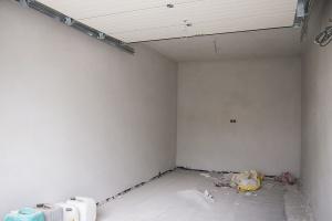 garáž s osadenou automatickou bránou